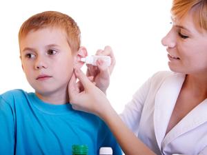 Промывание уха перед накладыванием компресса
