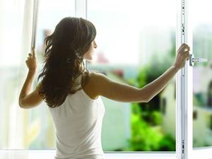 Проветривание комнаты для профилактики насморка