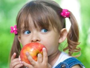 Немытые фрукты - причина заражения аскаридами