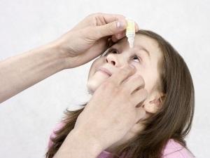 Закапывание Тобрекса в глаза ребенку