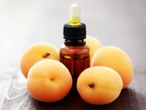 Смазывание области лишая персиковым маслом.