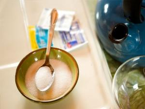Растворение соли в воде для промывания носа раствором