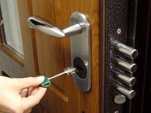 Закрытие дверей в доме для безопасности ребенка