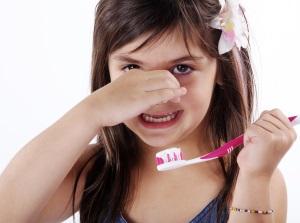 Плохой запах изо рта - симптом свища на десне